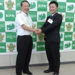 古谷松雄町長から激励される大橋貴博さん(右)=杉戸町役場で