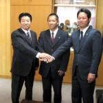 西武の前田育成アマチュア担当部長(左)、大島育成アマチュア担当(右)から指名あいさつを受けたドラフト4位の花咲徳栄・大滝(中央)
