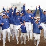 センバツ出場が決まり、喜ぶ花咲徳栄の選手たち=埼玉県加須市の同校グラウンドで2016年1月29日午後4時31分