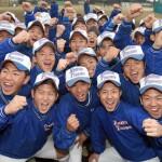 センバツ出場が決まり、喜ぶ花咲徳栄の選手たち=加須市の同校グラウンドで