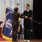 小林清木校長からセンバツ旗を手渡される岡崎大輔主将(右)