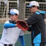 エース高橋昂也投手を指導する岩井隆監督(右)