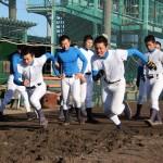 地下足袋を履き、「砂浜」を走る選手ら