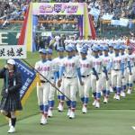 堂々と行進する花咲徳栄の選手たち=阪神甲子園球場で