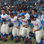 秀岳館に敗れ、スタンドにあいさつに向かう花咲徳栄の選手たち=阪神甲子園球場